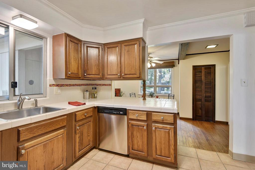 Kitchen has courtyard/patio view - 5158 PIEDMONT PL, ANNANDALE