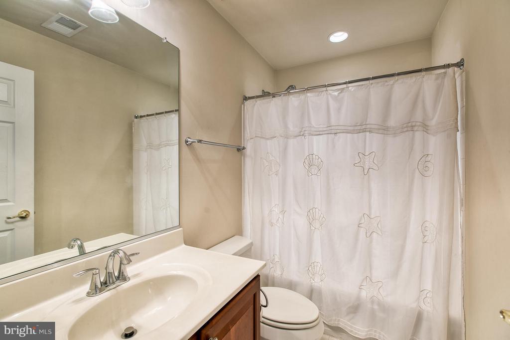 Upper Floor Guest Suite Bath - 9791 BIG BETHEL CIR, FREDERICKSBURG