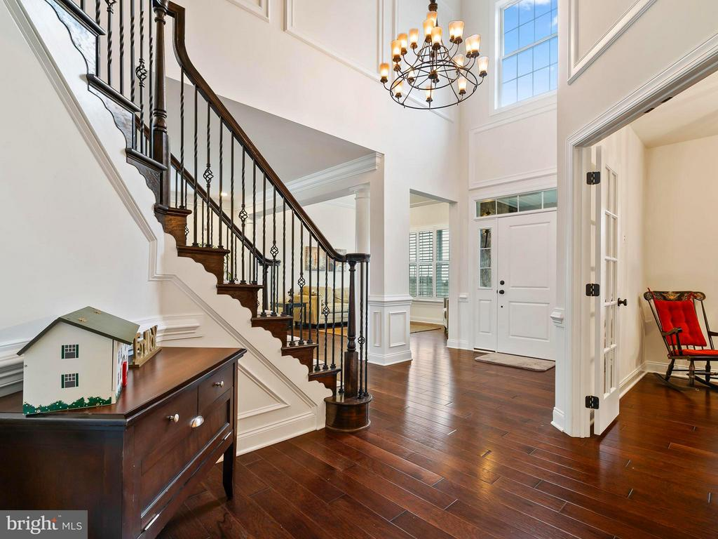 Stunning 2story Foyer in this Columbian Floor Plan - 41433 AUTUMN SUN DR, ALDIE