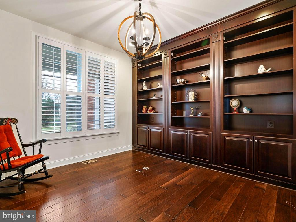 Office has Custom Built-in book shelves - 41433 AUTUMN SUN DR, ALDIE