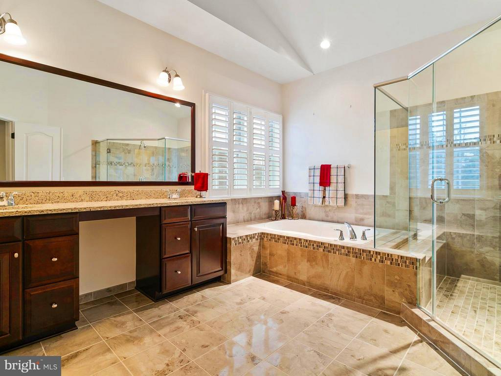 Double Sinks with sitting area - 41433 AUTUMN SUN DR, ALDIE