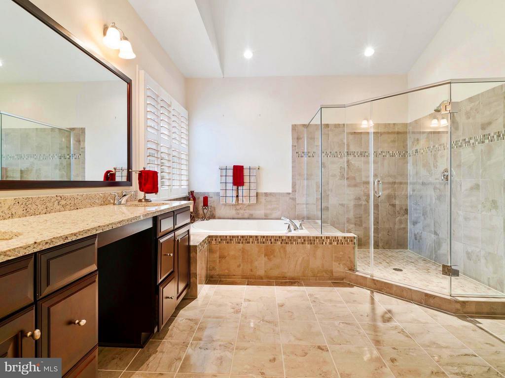 Over sized Frameless Shower & Garden Tub - 41433 AUTUMN SUN DR, ALDIE