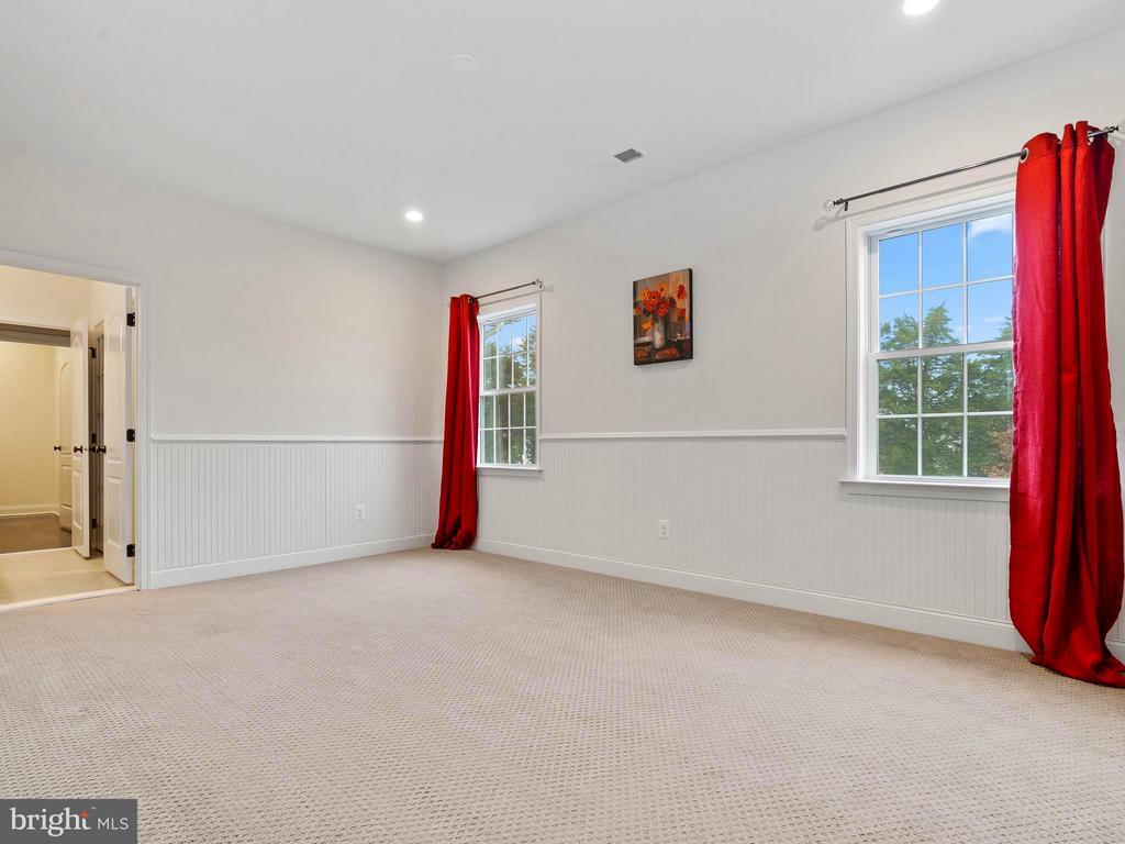 Over sized 2nd Bedroom w/ jack n jill bath - 41433 AUTUMN SUN DR, ALDIE