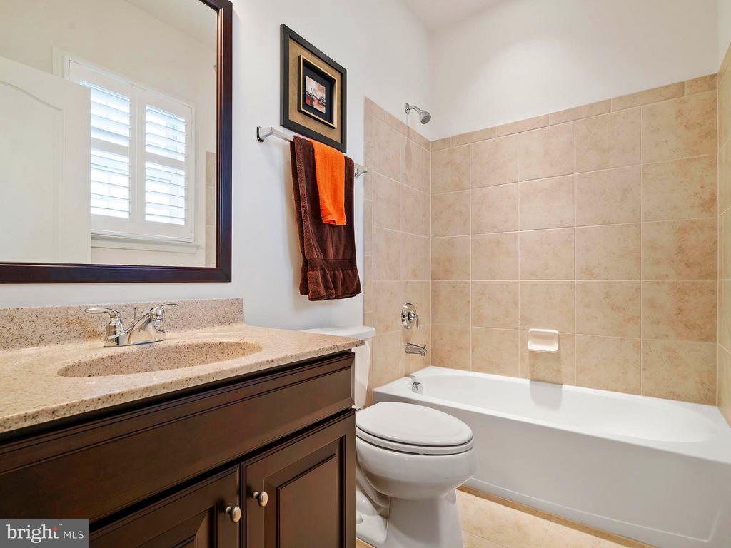 3rd Full Bath Upstairs - 41433 AUTUMN SUN DR, ALDIE