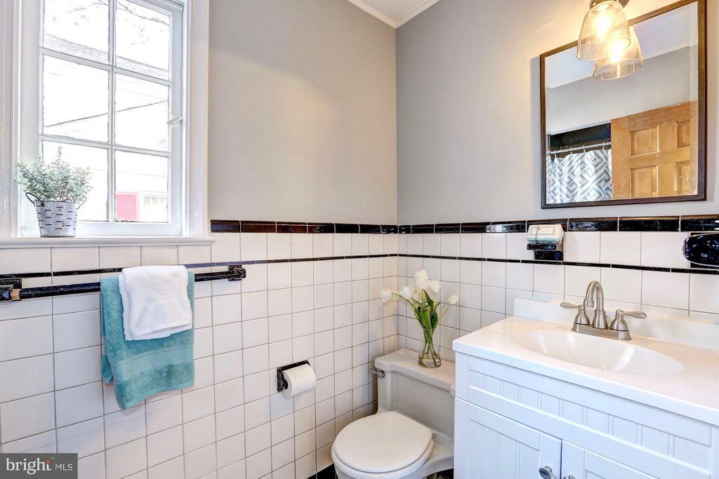 Main floor full bath w/ new vanity - 6613 32ND ST NW, WASHINGTON
