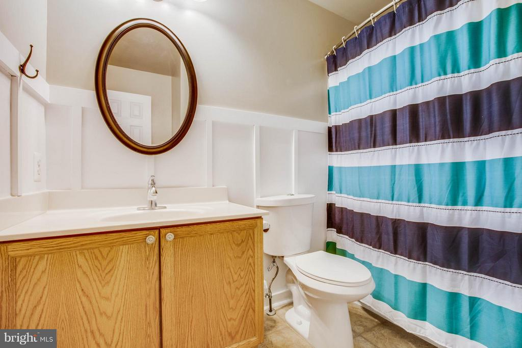 Hall bath on upper level - 11708 S OXBOW CT, FREDERICKSBURG