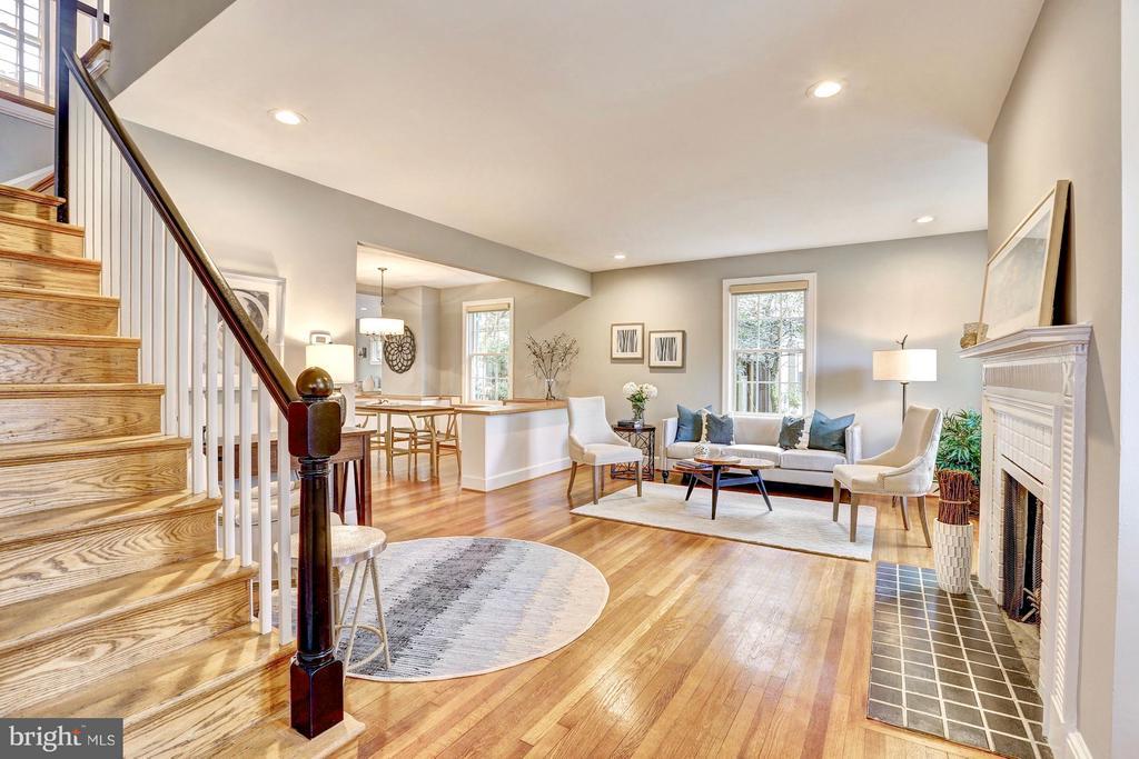 Hardwoods in large entertaining living room. - 6613 32ND ST NW, WASHINGTON