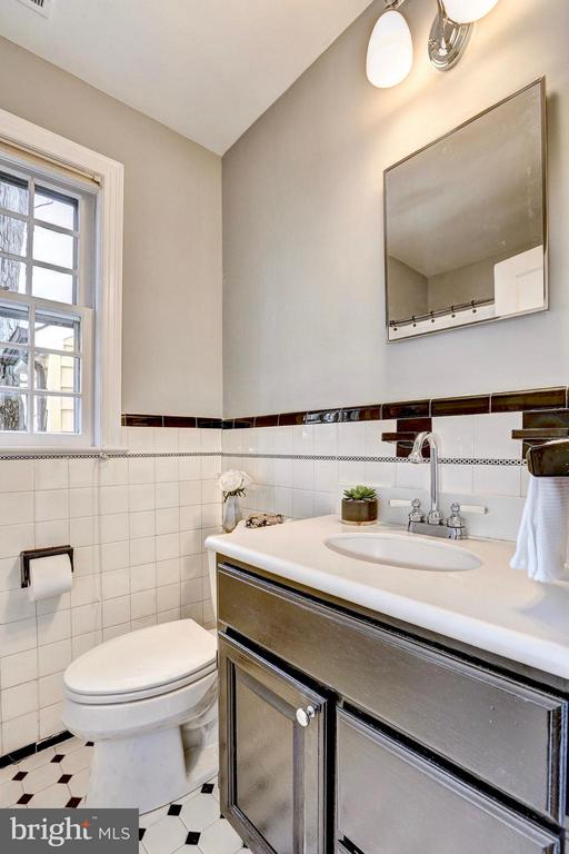 Upper level full bath w/ a vintage vibe - 6613 32ND ST NW, WASHINGTON