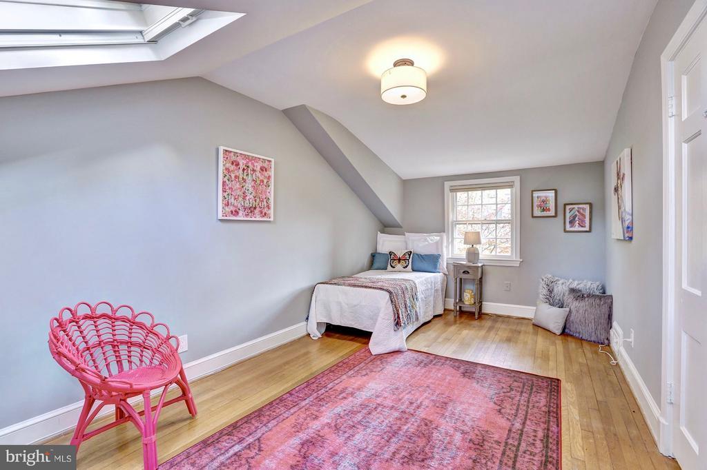 Upper floor bedroom w/ large closet - 6613 32ND ST NW, WASHINGTON