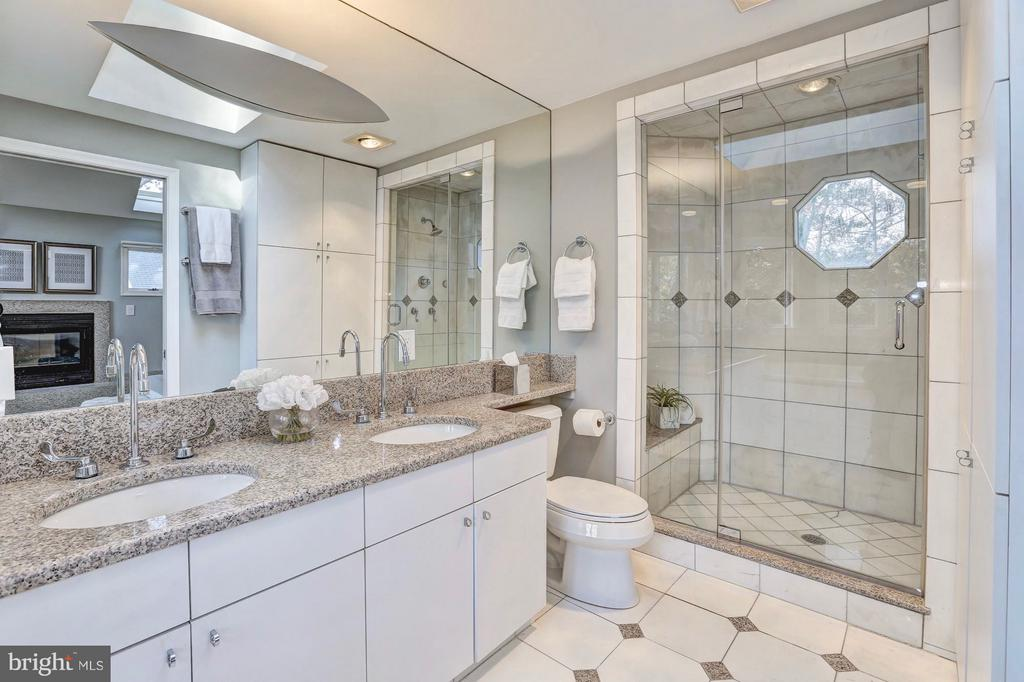 Double sinks w/ granite counters & walk-in shower - 6613 32ND ST NW, WASHINGTON