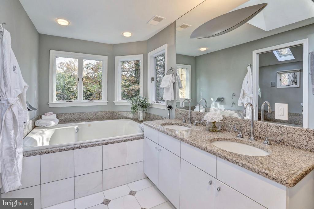 Take a soak in the jetted tub among the treetops - 6613 32ND ST NW, WASHINGTON