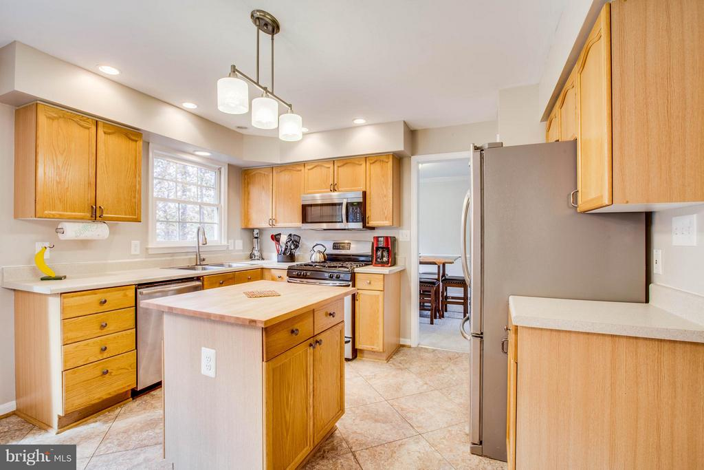 Kitchen has island, pantry & stainless appliances - 11708 S OXBOW CT, FREDERICKSBURG