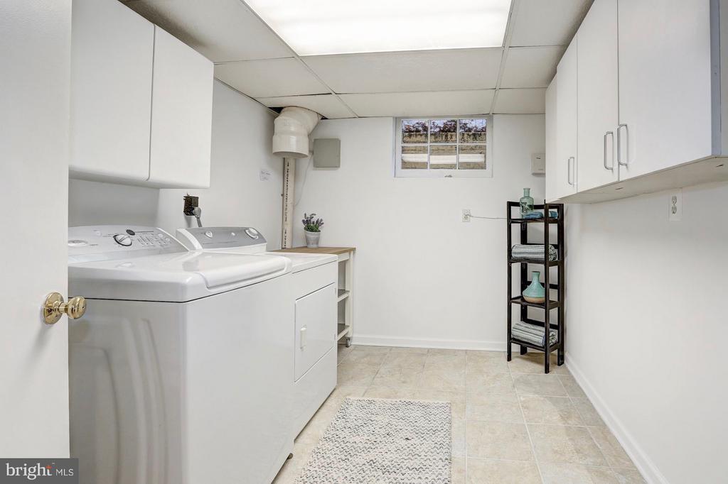 Large and bright laundry room w/ storage - 6613 32ND ST NW, WASHINGTON