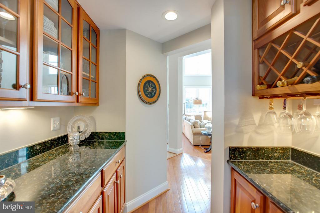 Butlers Pantry Connects Kitchen and Dining Room - 16628 ELK RUN CT, LEESBURG