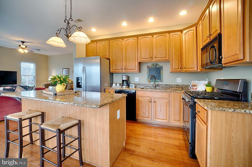 Kitchen island for eating and entertaining - 43189 CARDSTON PL, LEESBURG