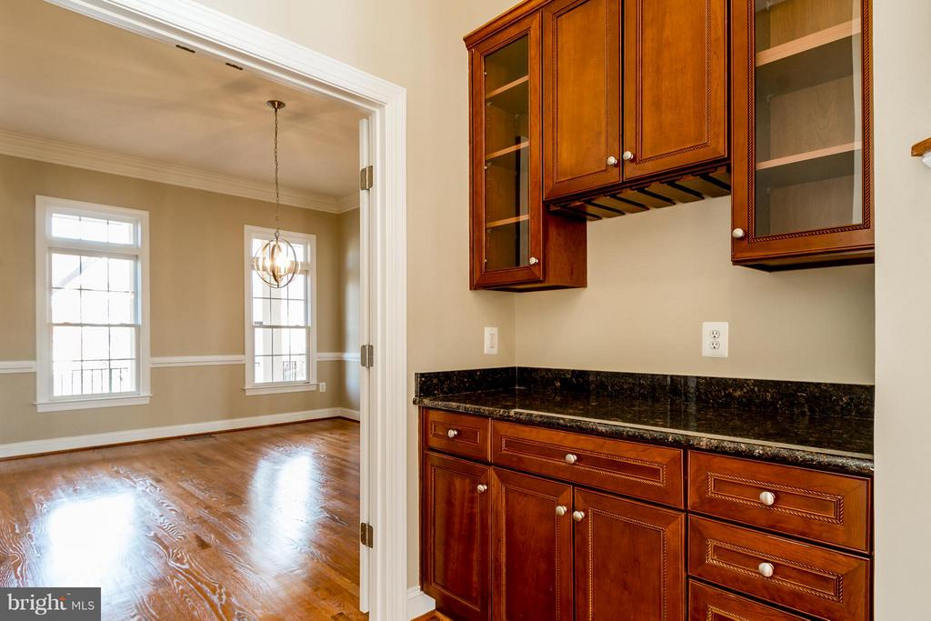BUTLER's PANTRY OFF DINING RM WITH GRANITE C'TOP - 12282 TIDESWELL MILL CT, WOODBRIDGE