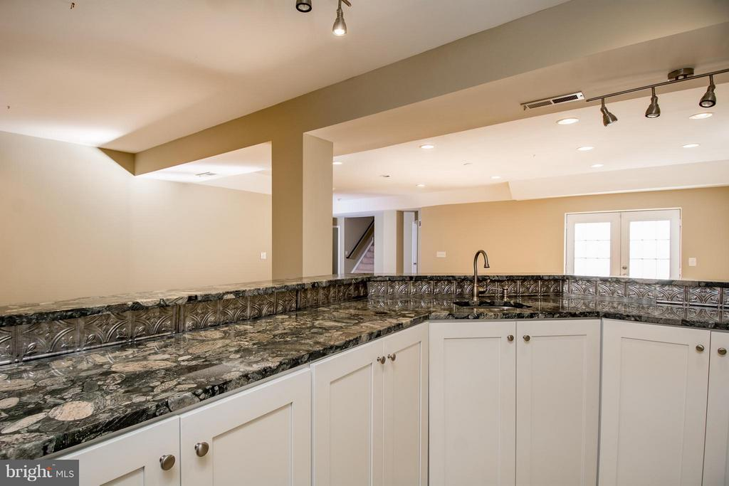 ANOTHER VIEW OF WETBAR W/GRANITE C'TOPS - 12282 TIDESWELL MILL CT, WOODBRIDGE