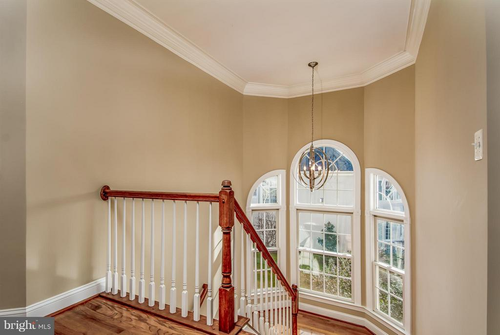 FRONT STAIRCASE HAS IMPRESSIVE PALADIUM WINDOWS - 12282 TIDESWELL MILL CT, WOODBRIDGE
