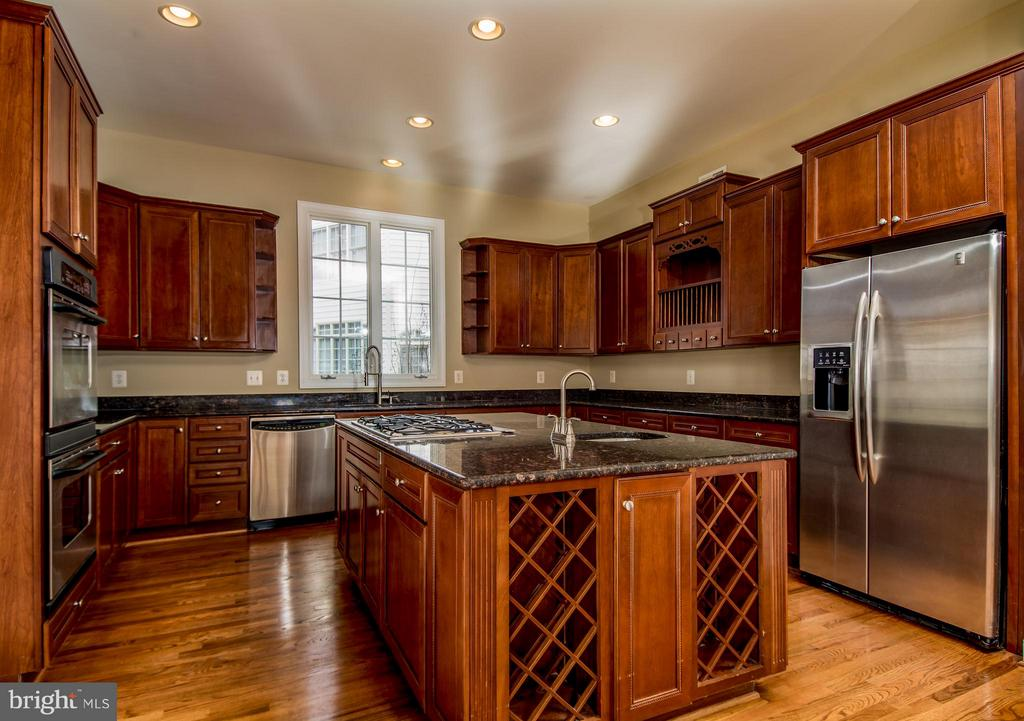 KITCHEN HAS STAINLESS STEEL APPC's AND CHERRY CABS - 12282 TIDESWELL MILL CT, WOODBRIDGE