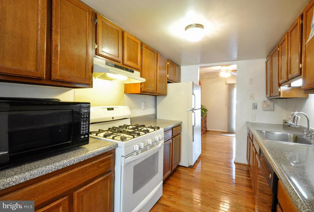 Beautiful Kitchen with updated appliances - 2800 HOGAN CT, FALLS CHURCH