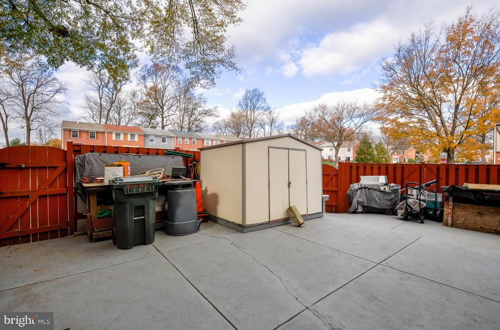 End Unit with Spacious Backyard - 2800 HOGAN CT, FALLS CHURCH