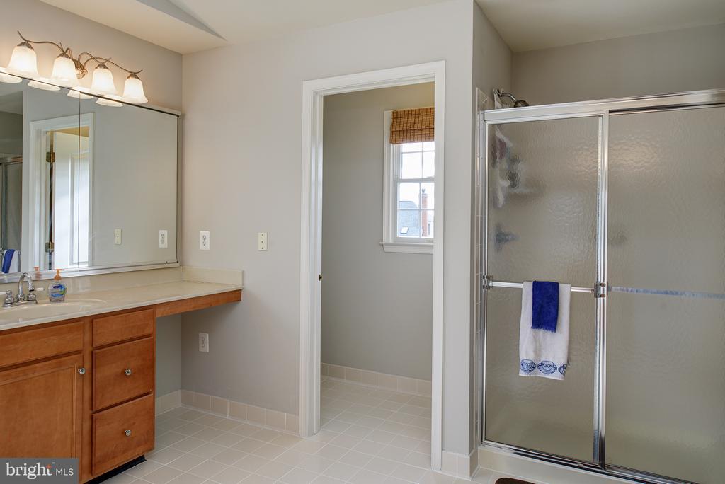Commode Closet, Shower - 19750 SPYGLASS HILL CT, ASHBURN