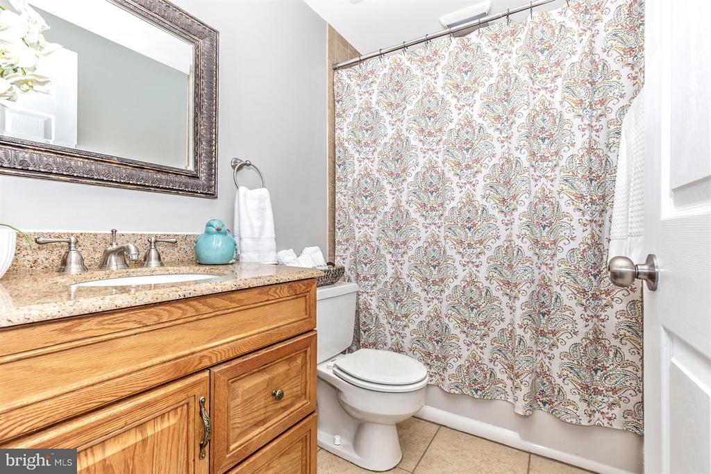 FULL UPPER LEVEL FULL BATH - UPDATED - 19217 DEEP RUN CT, GERMANTOWN