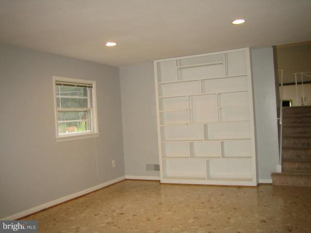 Bedroom with  book shelves - 6131 BEACHWAY, FALLS CHURCH