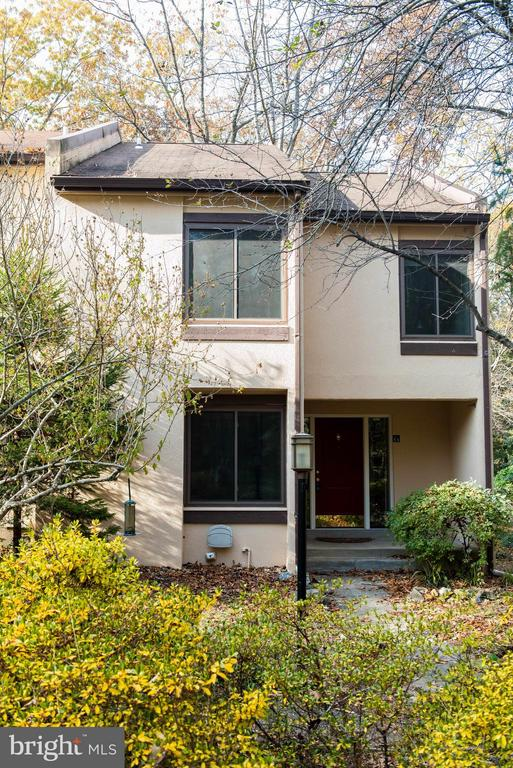 Spacious end unit featuring 4 bedrooms!! - 2358 SOFT WIND CT, RESTON