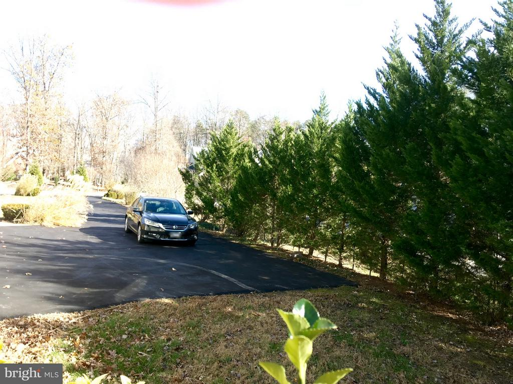 Large driveway in addition to 3 car garage - 13504 CLASSIC OAKS CT, MANASSAS