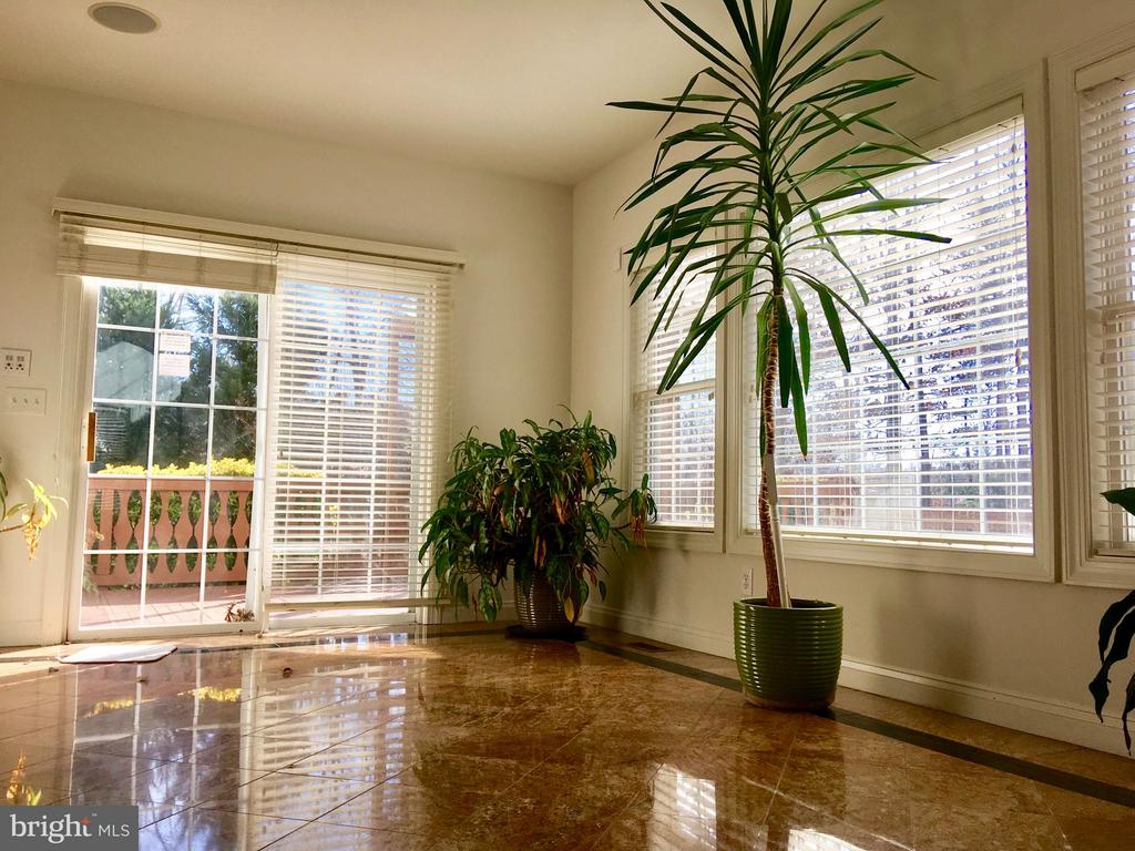 Natural light sunroom opens up to deck-gazebo - 13504 CLASSIC OAKS CT, MANASSAS