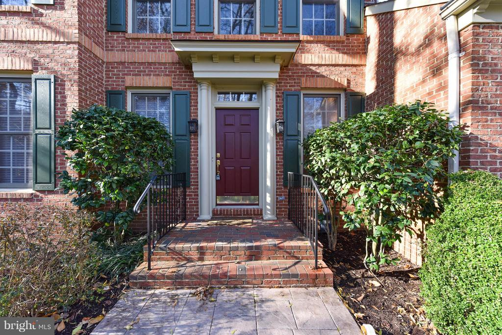 Stately entrance - 8608 WOODLAND HEIGHTS CT, ALEXANDRIA