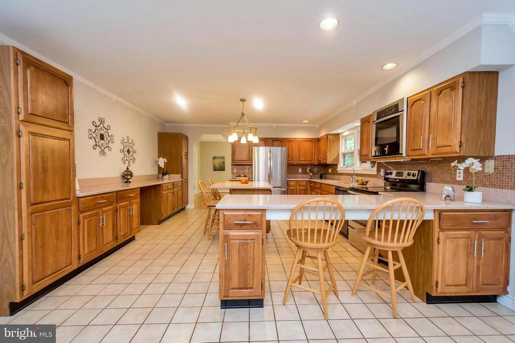 Big kitchen with island and bar - 92 OLDE CONCORD RD, STAFFORD