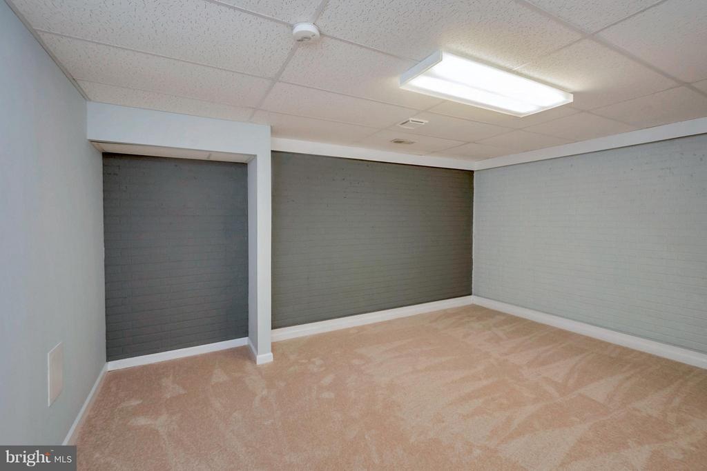 Space for additional bedroom or theater - 92 OLDE CONCORD RD, STAFFORD