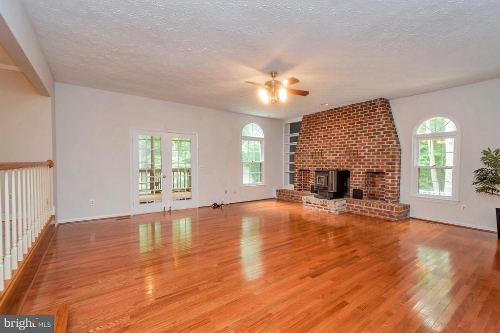 Large FR with wood burning fireplace - 92 OLDE CONCORD RD, STAFFORD