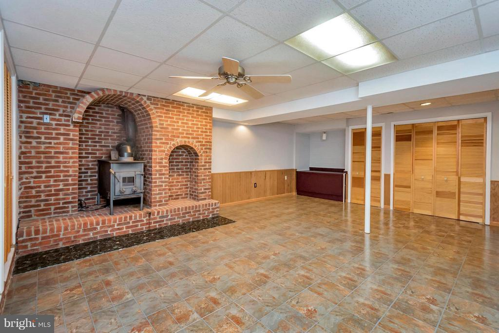 Basement space could be rec room or home office - 92 OLDE CONCORD RD, STAFFORD