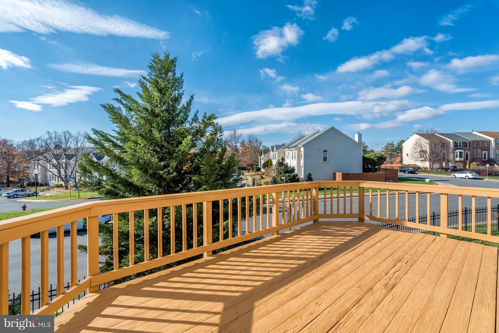 Power Washed & Re-Stained Deck - 46869 RABBITRUN TER, STERLING