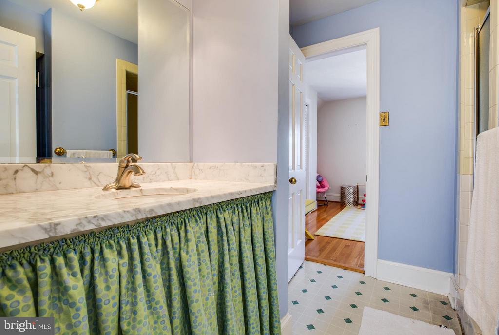 Upper level 2 bath - 814 CORNELL ST, FREDERICKSBURG