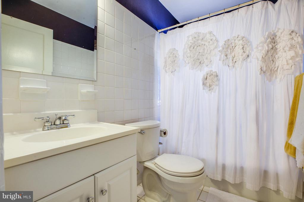 Upper level 1 Hall full bath - 814 CORNELL ST, FREDERICKSBURG