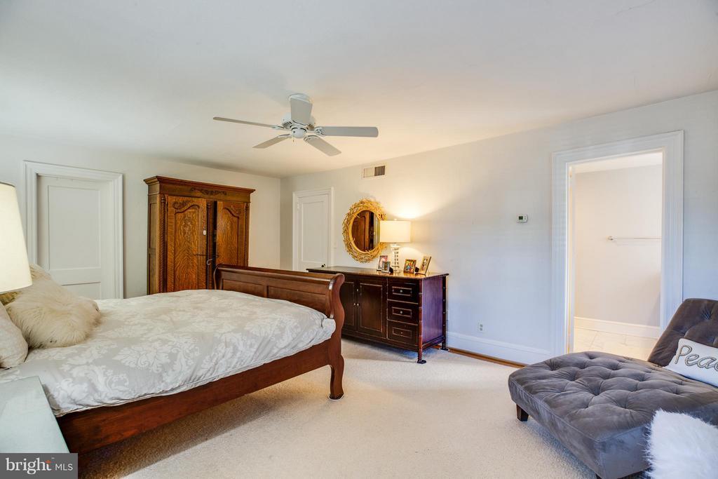 Huge Master Bedroom - 814 CORNELL ST, FREDERICKSBURG