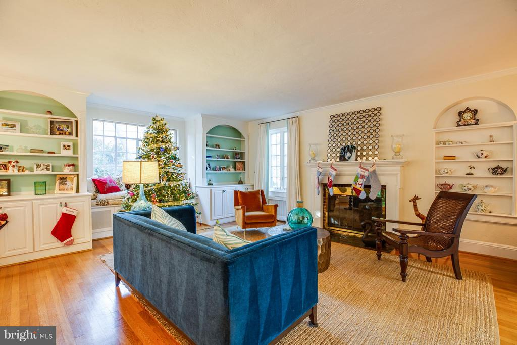 Living room with huge window and built ins. - 814 CORNELL ST, FREDERICKSBURG