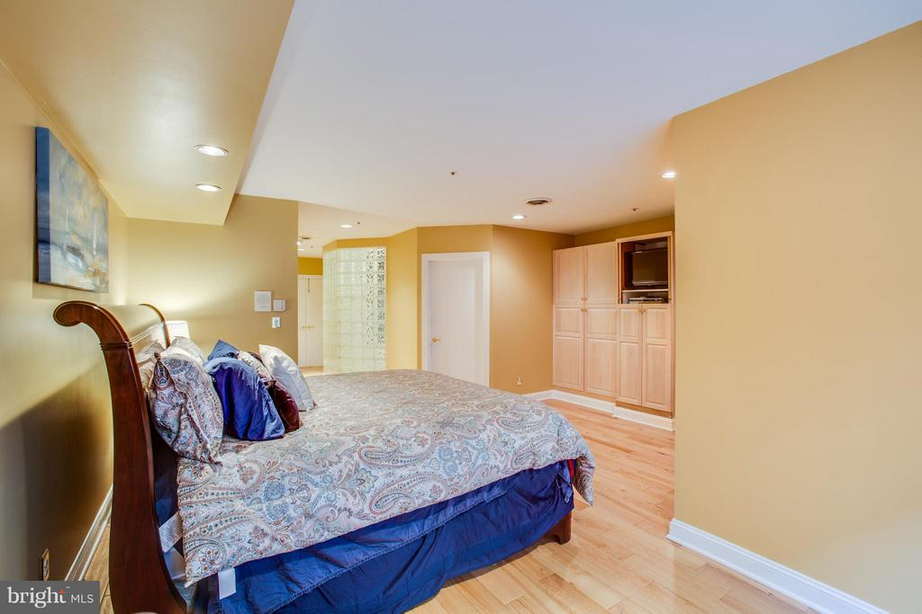 Master bedroom with great built ins - 717 KENMORE AVE, FREDERICKSBURG