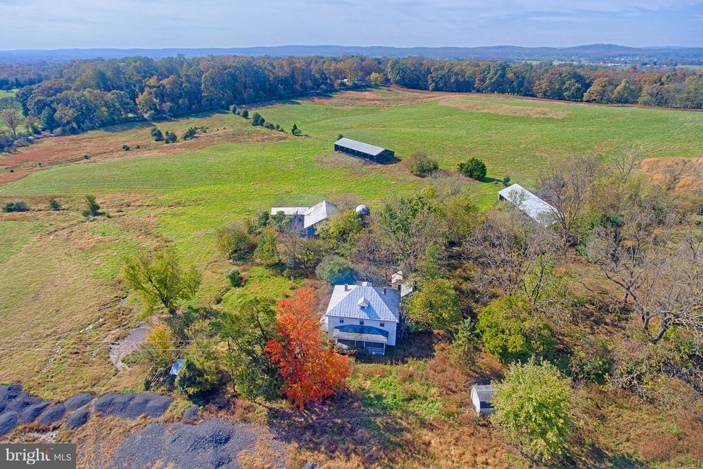 c.1920 Farmhouse, Numerous Barns, Outbuildings - 43660 SPINKS FERRY RD, LEESBURG