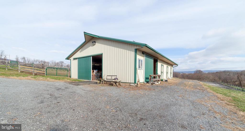 Large center aisle barn - 2200 QUEBEC SCHOOL RD, MIDDLETOWN