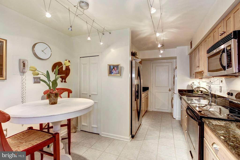 Table Space, Eat In Kitchen - 4200 MASSACHUSETTS AVE NW #120, WASHINGTON