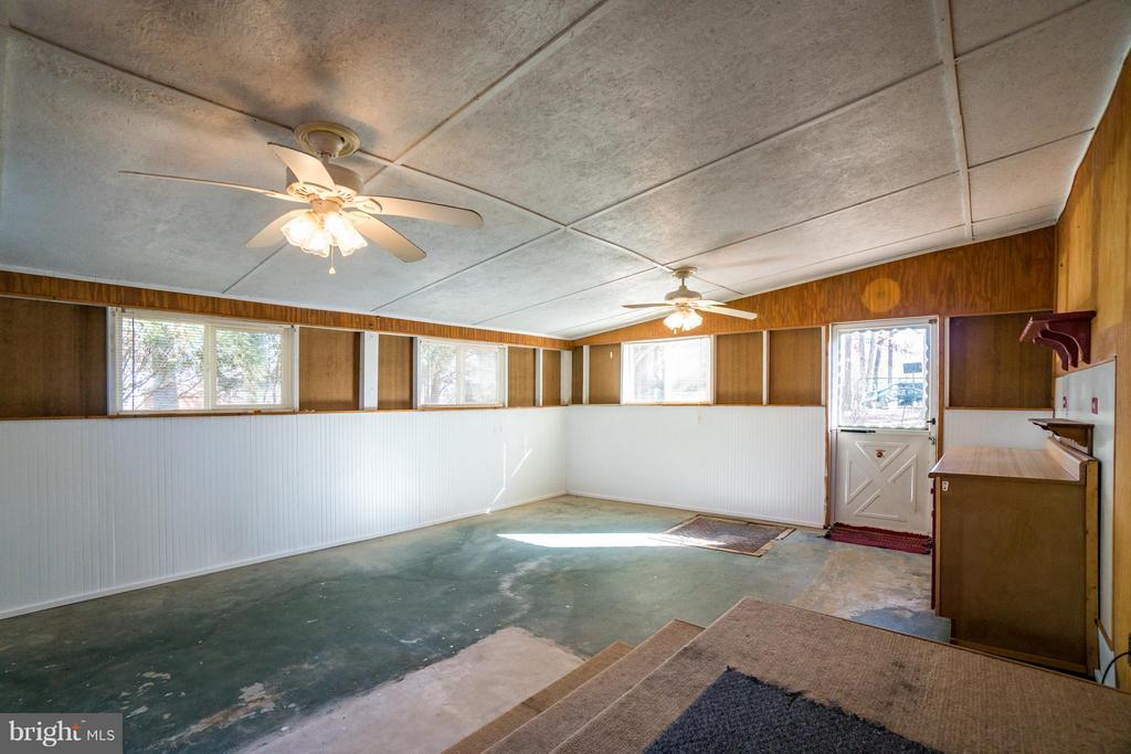 Great covered porch with endless possibilities - 3327 SOMERSET LN, FREDERICKSBURG
