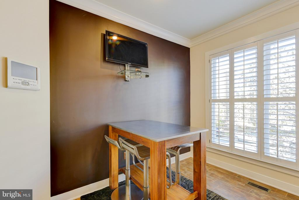 Eat-in kitchen with views outside - 335 I ST SE, WASHINGTON