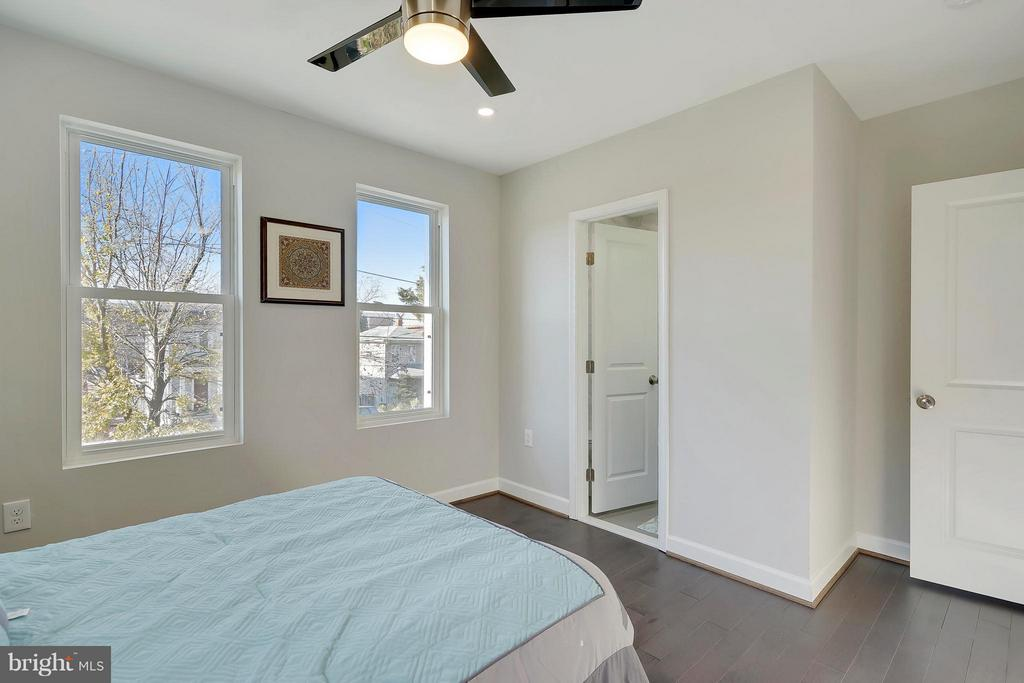 master bedroom - 907 44TH ST NE, WASHINGTON