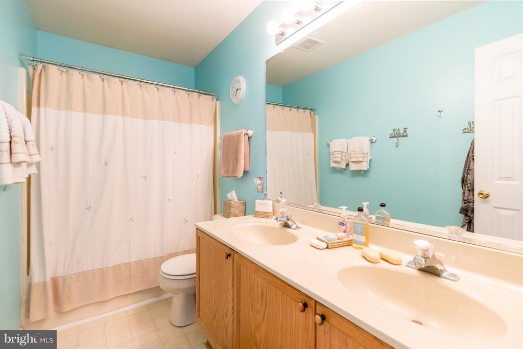 Full Upstairs Guest Bathroom - 11600 HERONVIEW DR, FREDERICKSBURG