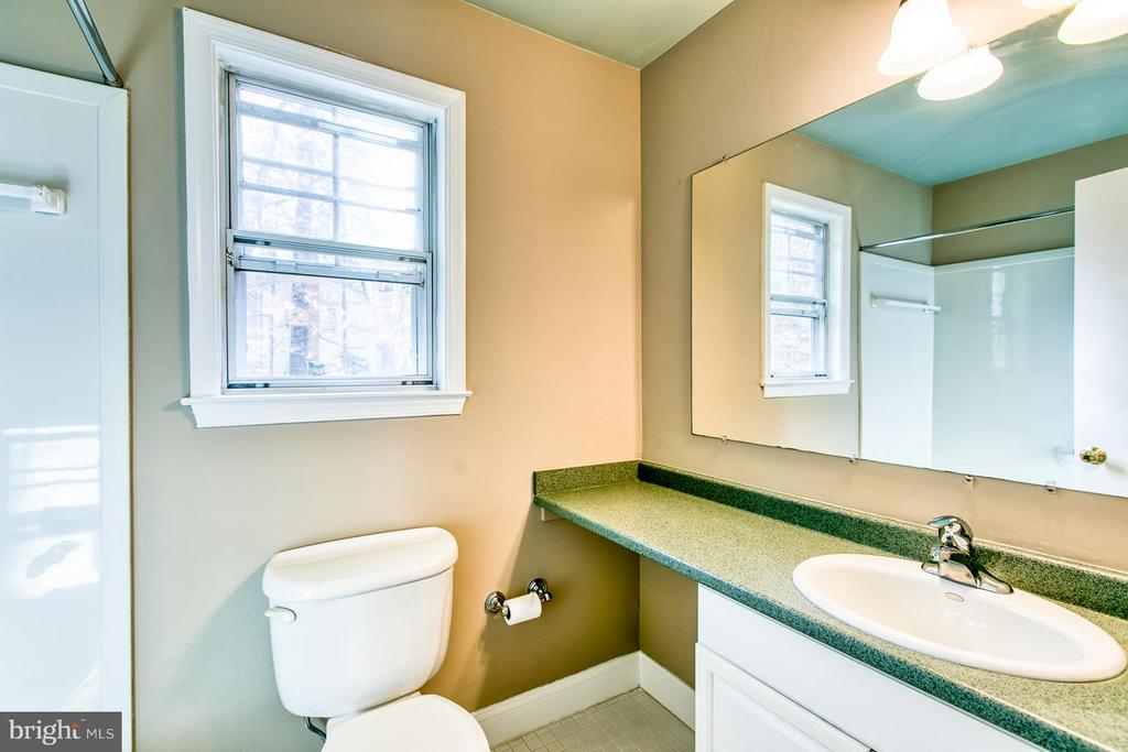 Hall bath with vanity - 6056 RIDGE FORD DR, BURKE